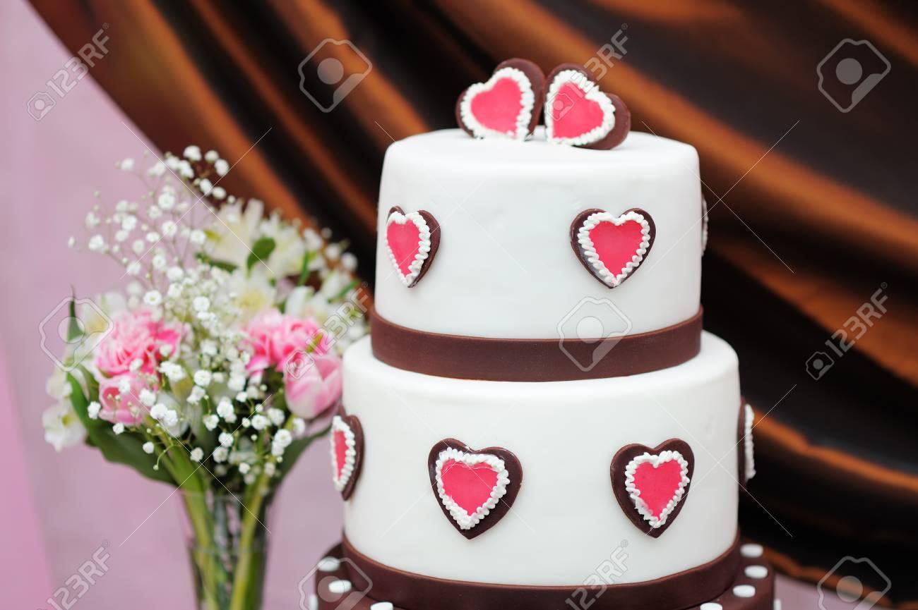 Kostliche Weisse Und Braune Hochzeitstorte Mit Rosa Herzen Dekoriert