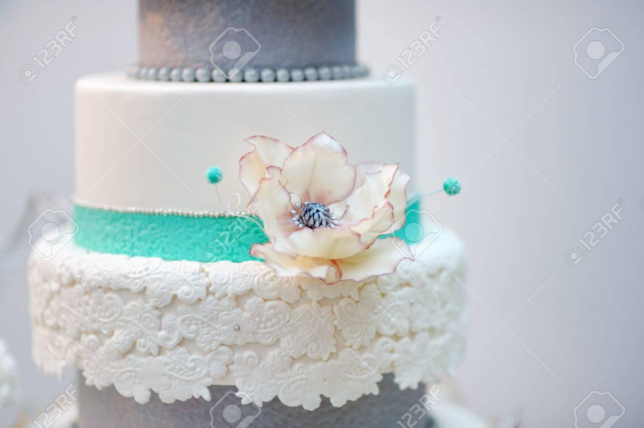 Kostliche Weisse Und Graue Hochzeitstorte Mit Blumen Geschmuckt