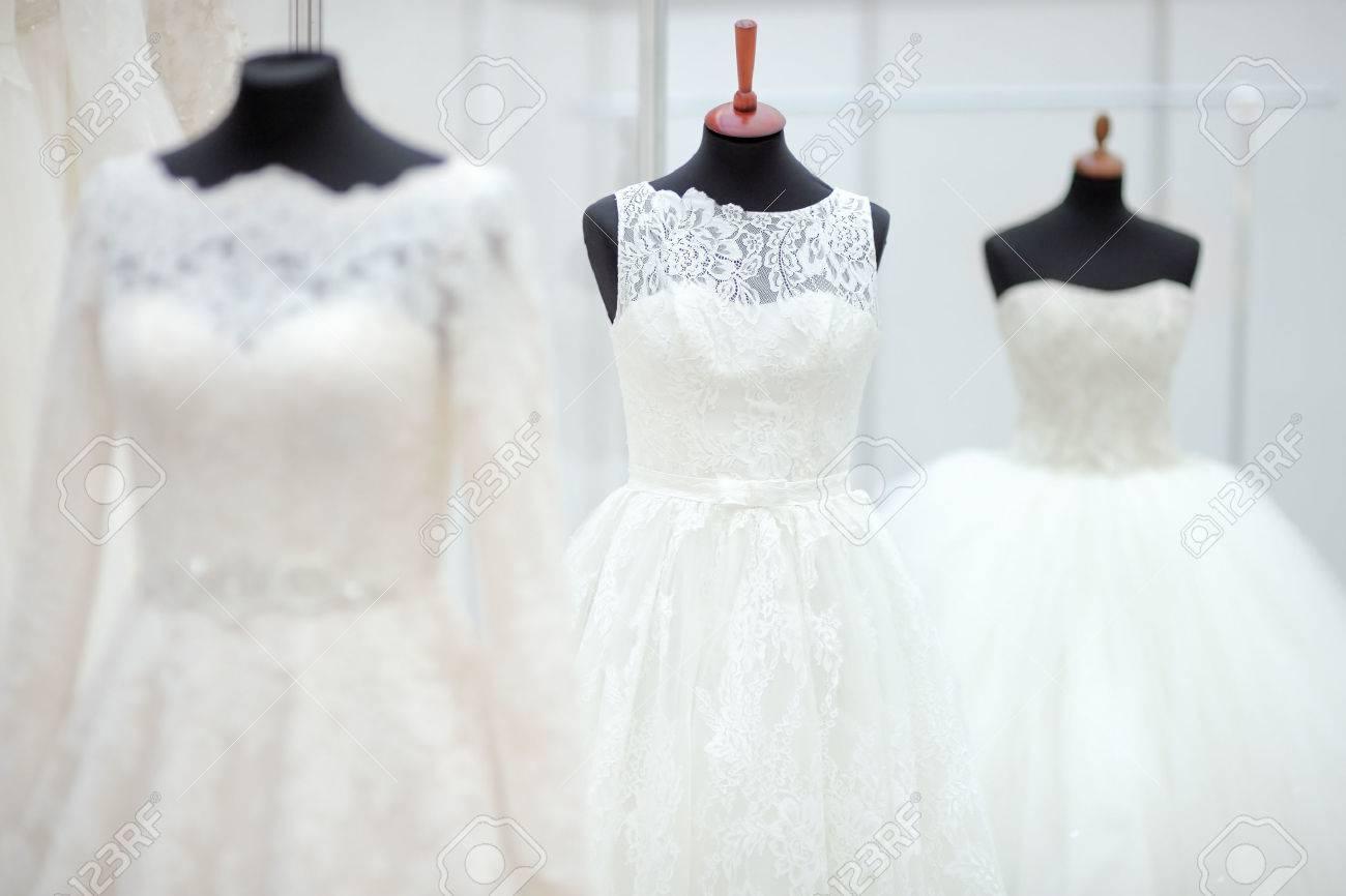Schone Hochzeitskleider Auf Einer Schaufensterpuppe Lizenzfreie