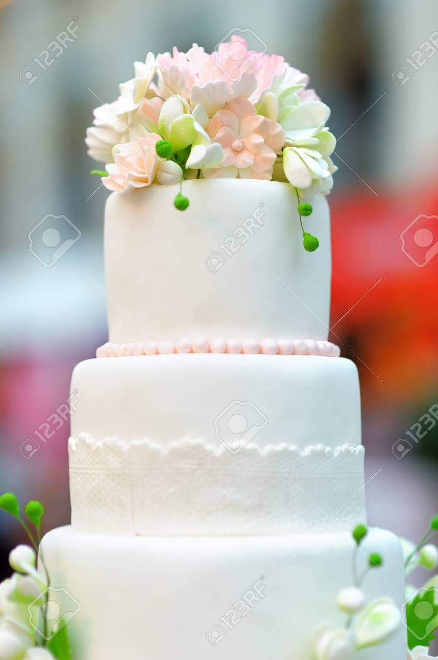 Blanc Gateau De Mariage Decore Avec Des Fleurs A La Creme