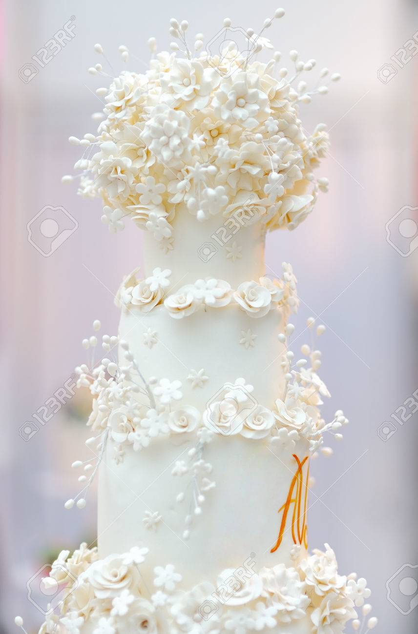 Délicieux Gâteau De Mariage Blanc Décoré Avec Des Fleurs à La Crème