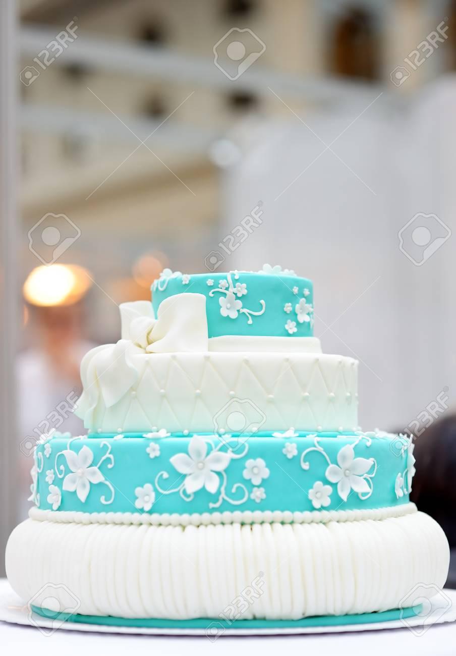 Délicieux Gâteau De Mariage Turquoise Décoré De Fleurs De Sucre