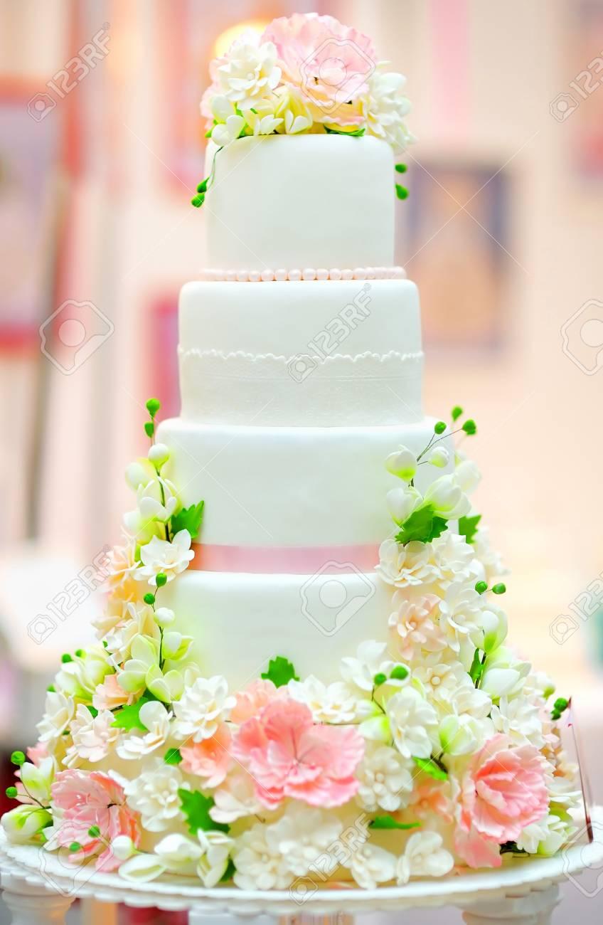 Gateau De Mariage Blanc Decore De Fleurs De Creme