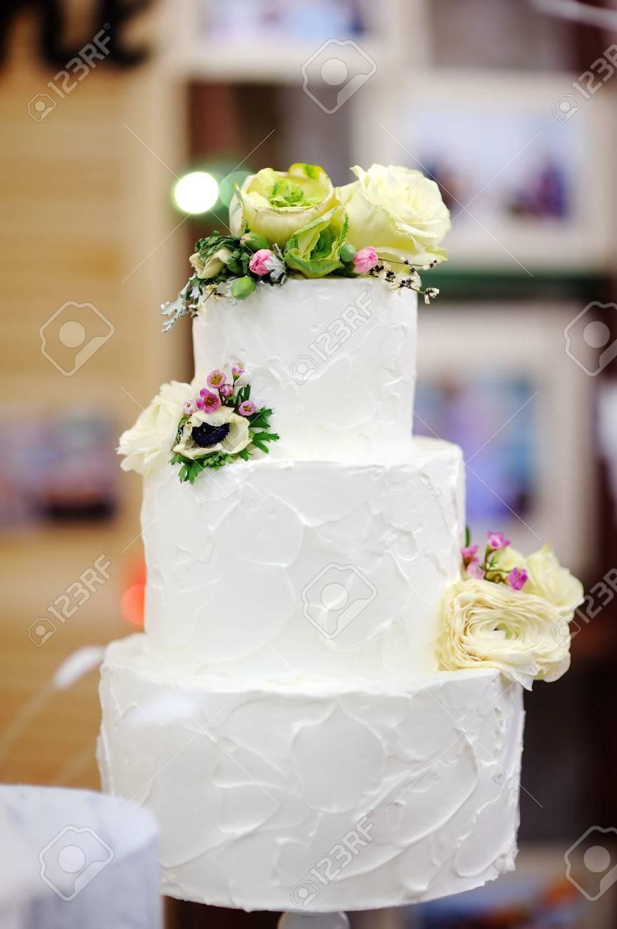 Gateau Multi Couche Anniversaire Mariage Traditionnel Beau Dessert Sucre Delicieux Orne De Fleurs Sur Fond Flou