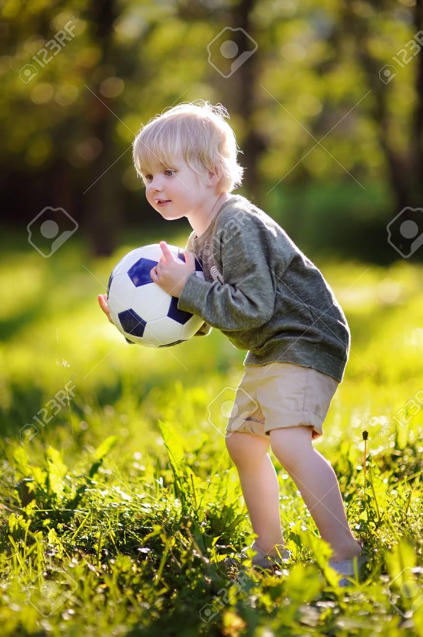 Nino Pequeno Que Se Divierte El Jugar De Un Juego De Futbol En Dia
