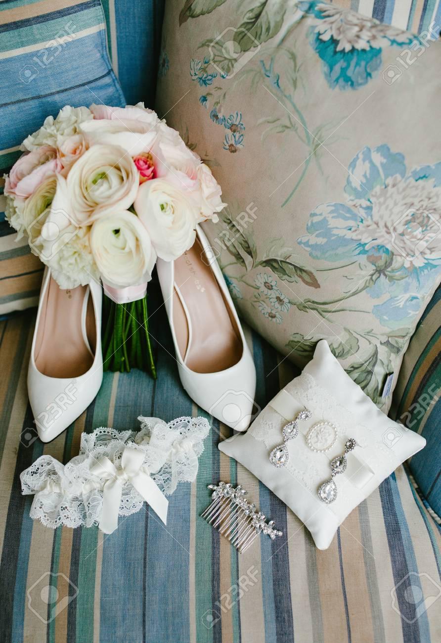 Zubehor Fur Die Braut Hochzeitsschuhe Und Blumenstrauss Lizenzfreie