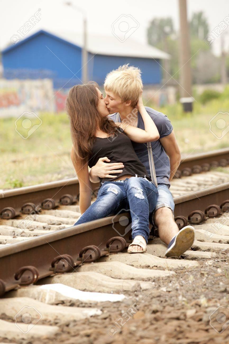 鉄道でキス カップル。都市写真。 ロイヤリティーフリーフォト