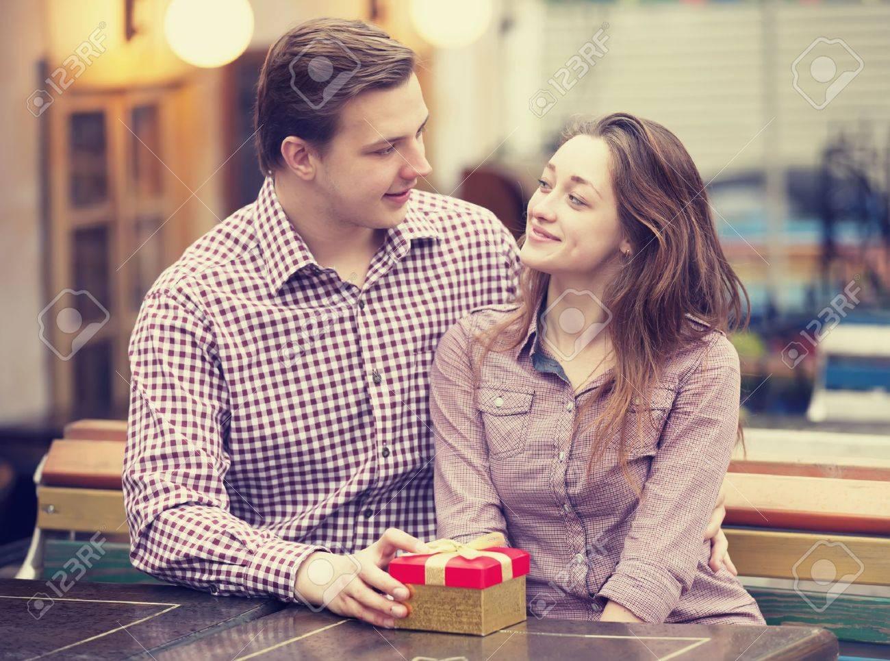 Wie man ein Mädchen, um Sie ohne Dating zu küssen Länderverbindungen Dating-Agentur