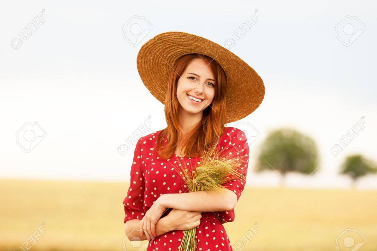 Рыжая девушка модель на лугу фото 745-12