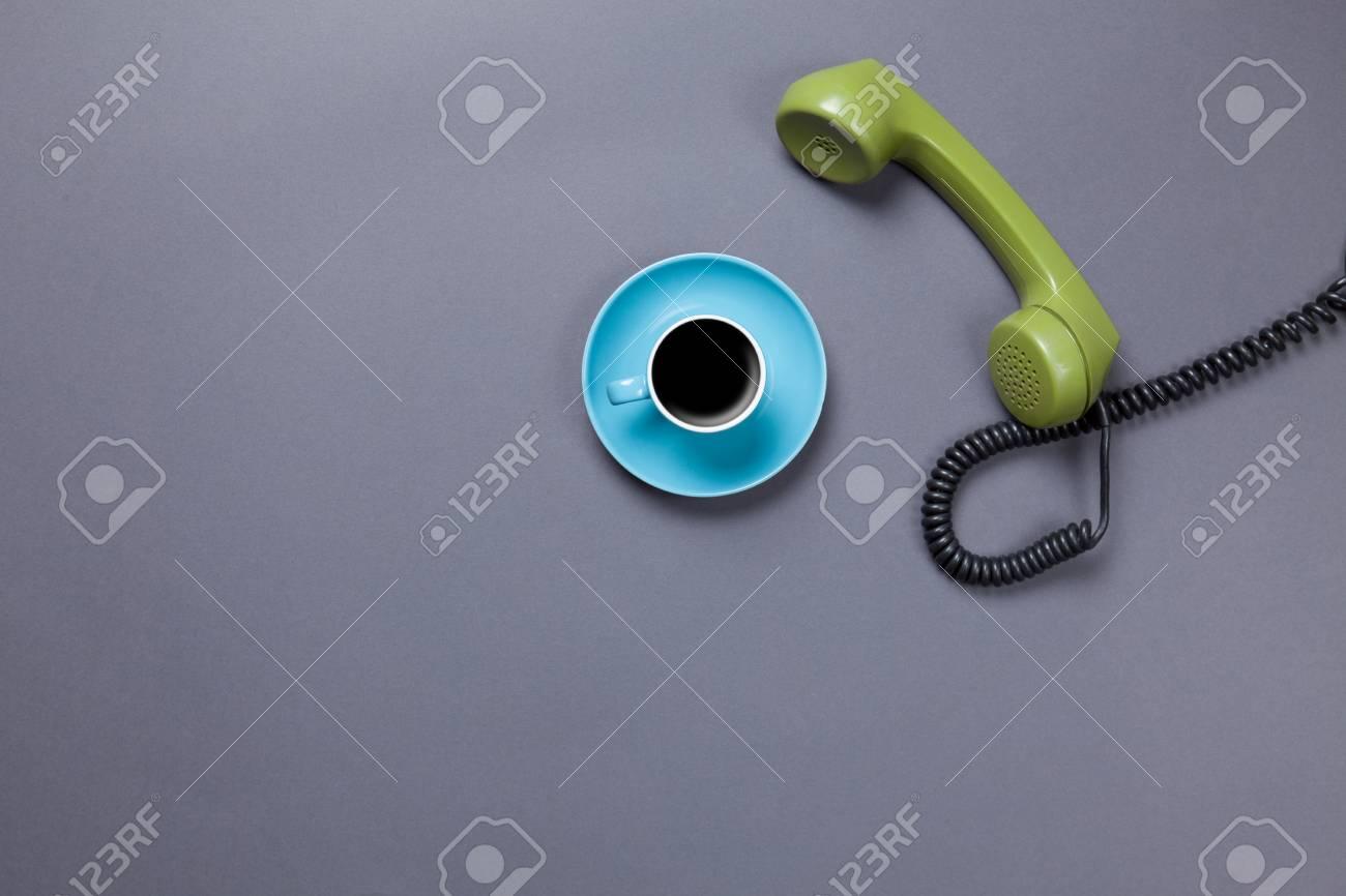 Immagini Stock Tazza Di Caffè Blu E Telefono Retro Dial Su Sfondo