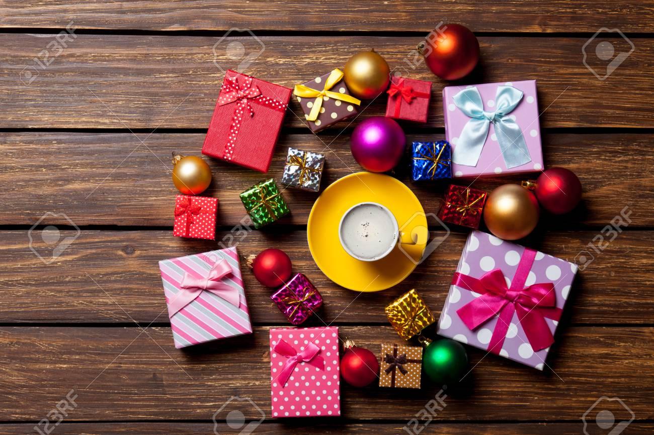 Regali Di Natale In Legno.Tazza Di Caffe E Regali Di Natale Su Fondo In Legno