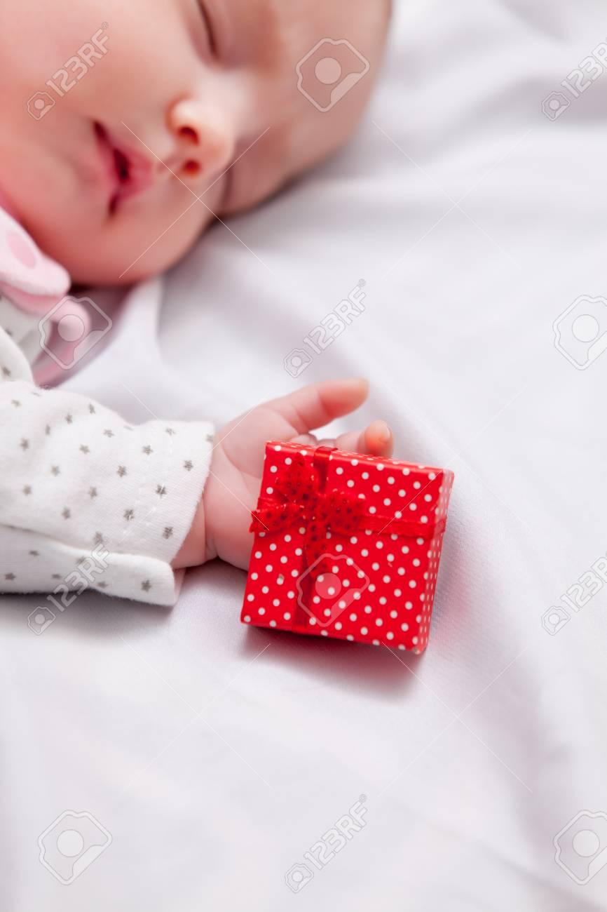 Kleines Baby Mit Weihnachtsgeschenke Um Auf Weißem Hintergrund ...