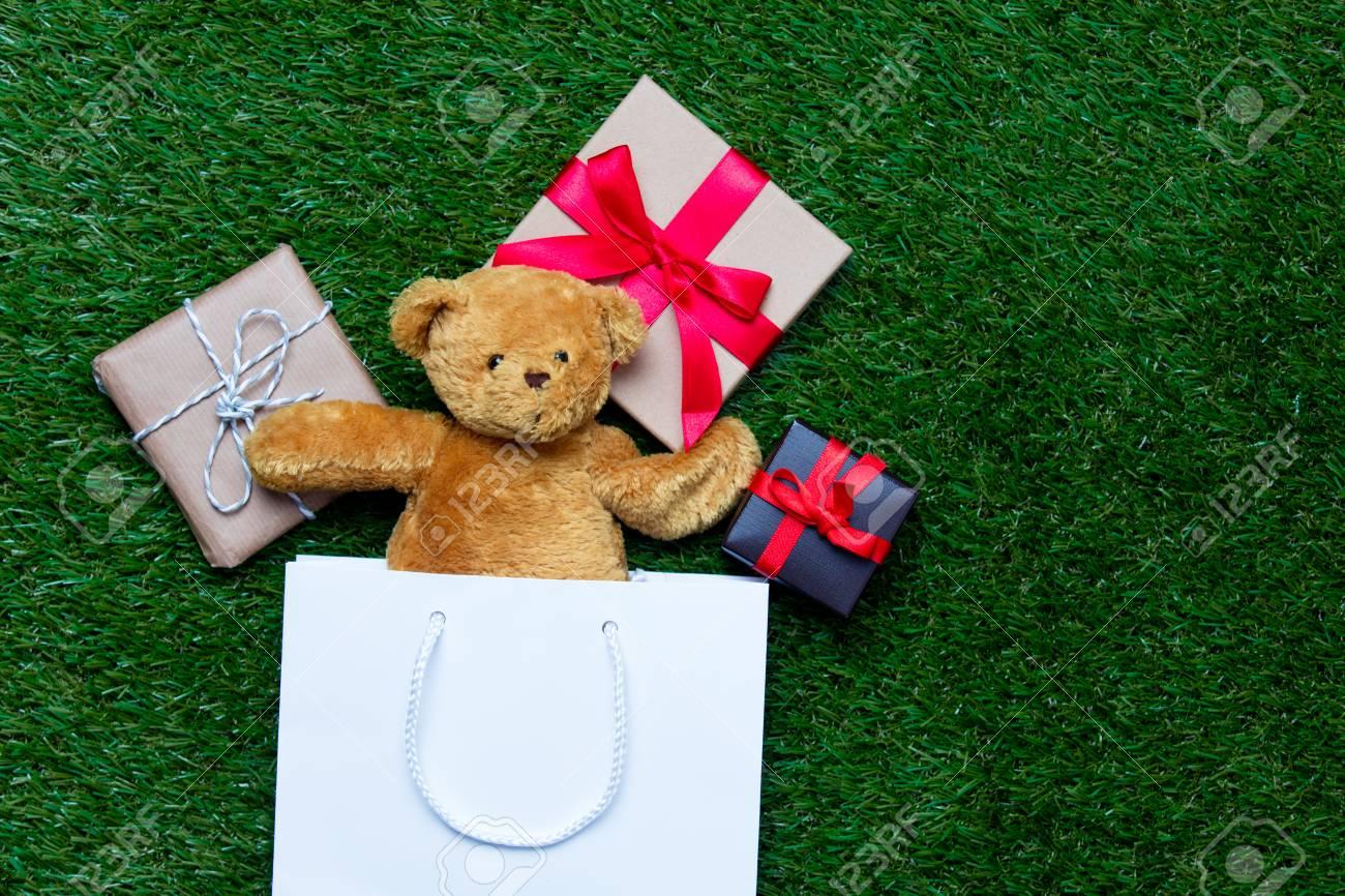 Weiße Einkaufstasche, Niedlicher Teddybär Und Kleine Geschenke, Die ...