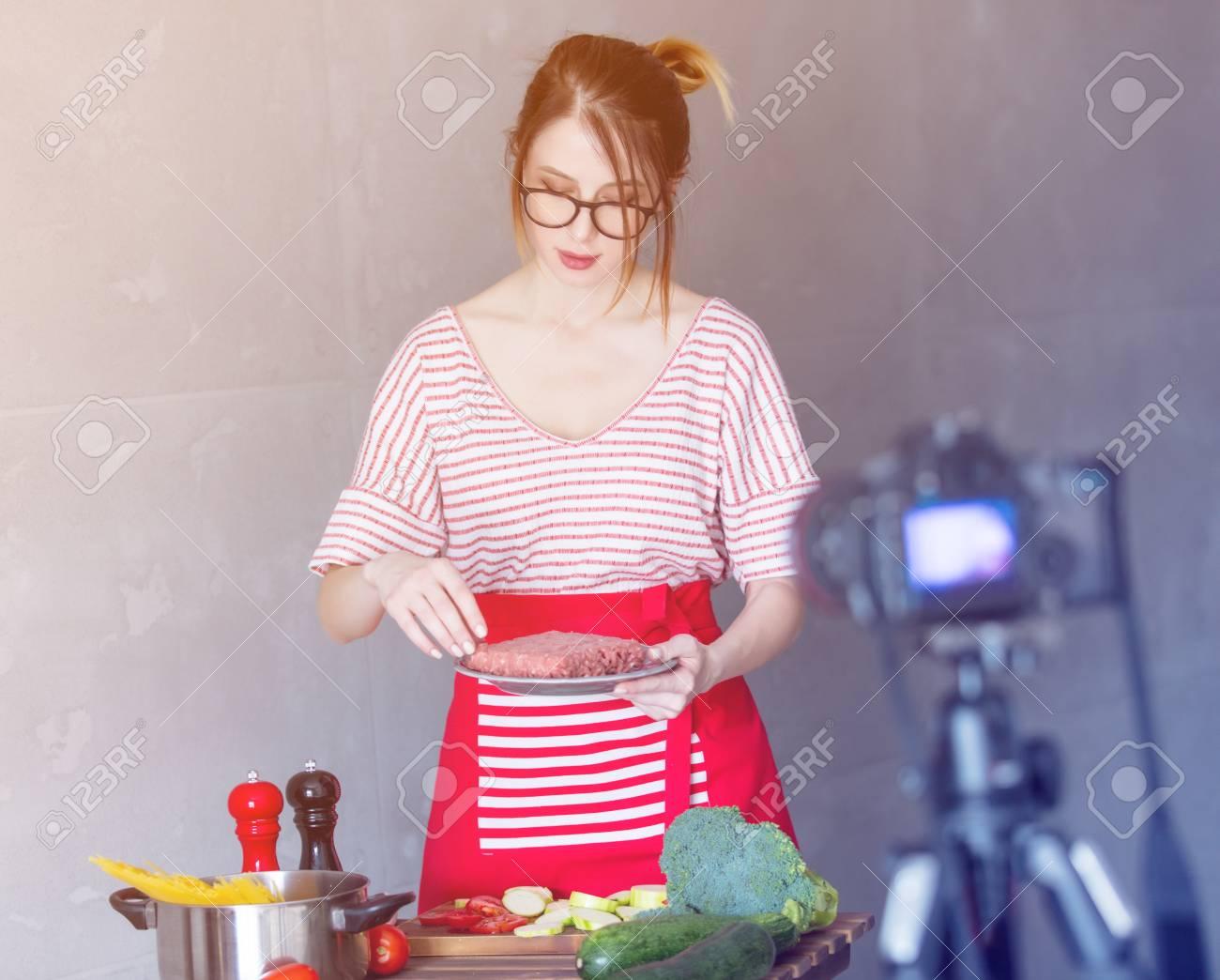 Emplacement Cuisine Dans La Maison jeune femme blogger caucasien cuisine à la caméra pour le site de partage  de vidéos. emplacement à la maison à la cuisine