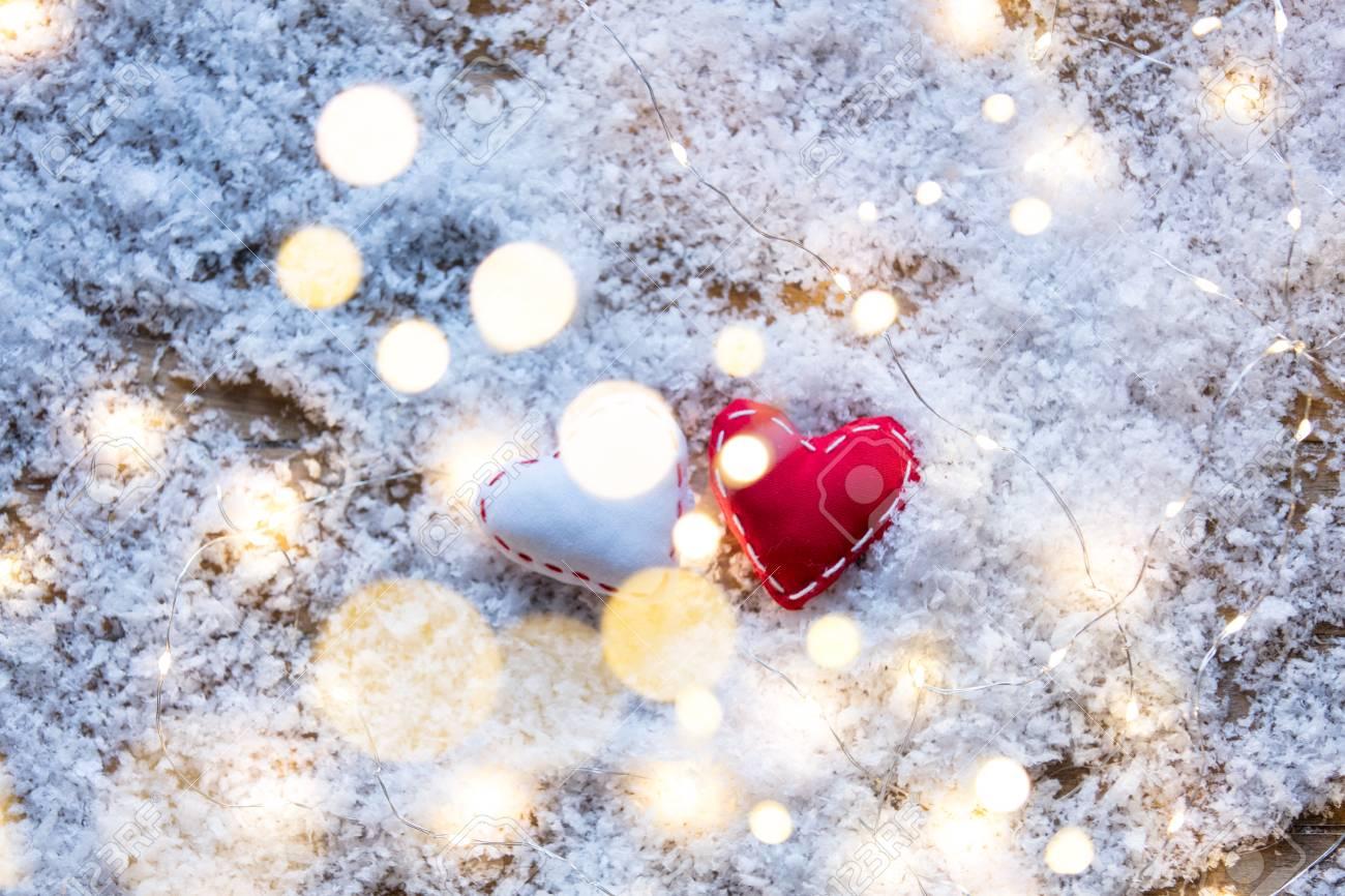 Zwei Herzform Spielzeug Und Fee Lichter Auf Schnee Hintergrund ...