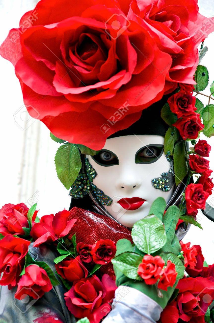 Schöne <b>rote rose</b> Maske in der Karneval von Venedig, Italien. - 9077387-Sch-ne-rote-rose-Maske-in-der-Karneval-von-Venedig-Italien--Lizenzfreie-Bilder