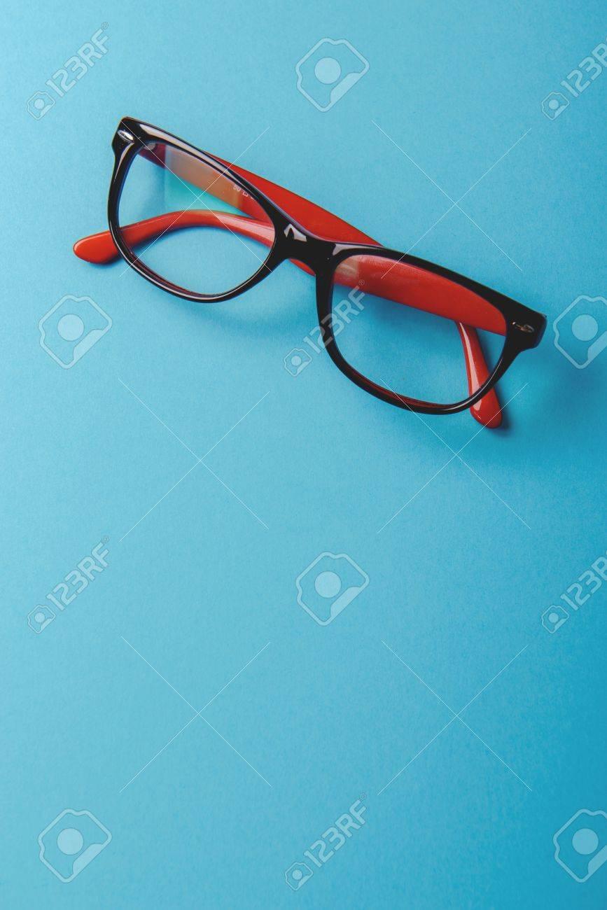 Par De Gafas Con Montura De Plástico De Color Rojo Sobre Un Fondo ...