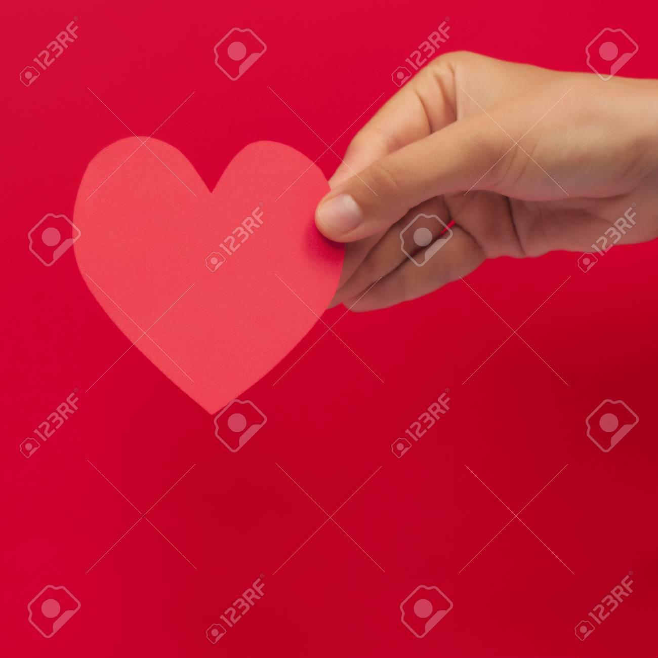Schöne Weibliche Hand Die Rosa Herz Aus Papier Geschnitten