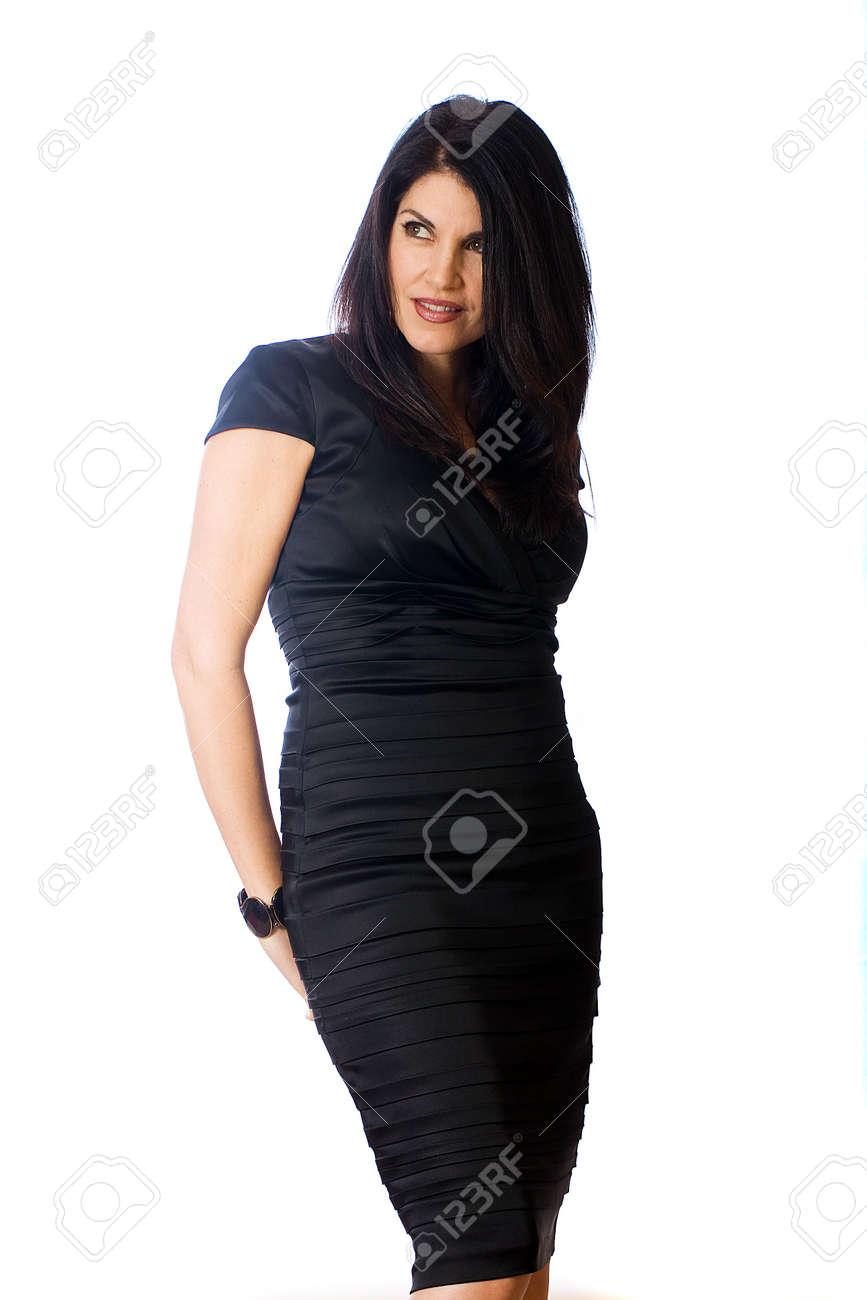 Mujer Atractiva De Mediana Edad Con Un Vestido Negro De Cóctel