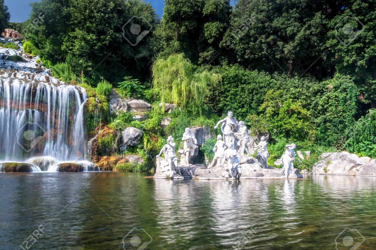Waterval In Tuin : Kunstmatige waterval en standbeeld in de tuin van paleis van caserta