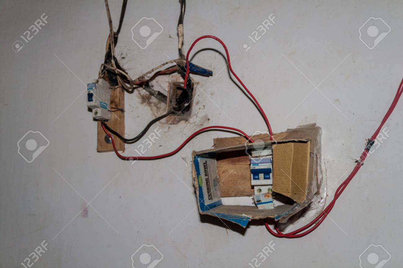 COROICO, BOLIVIEN - 30. APRIL 2015: Gefährliche Elektroinstallation ...