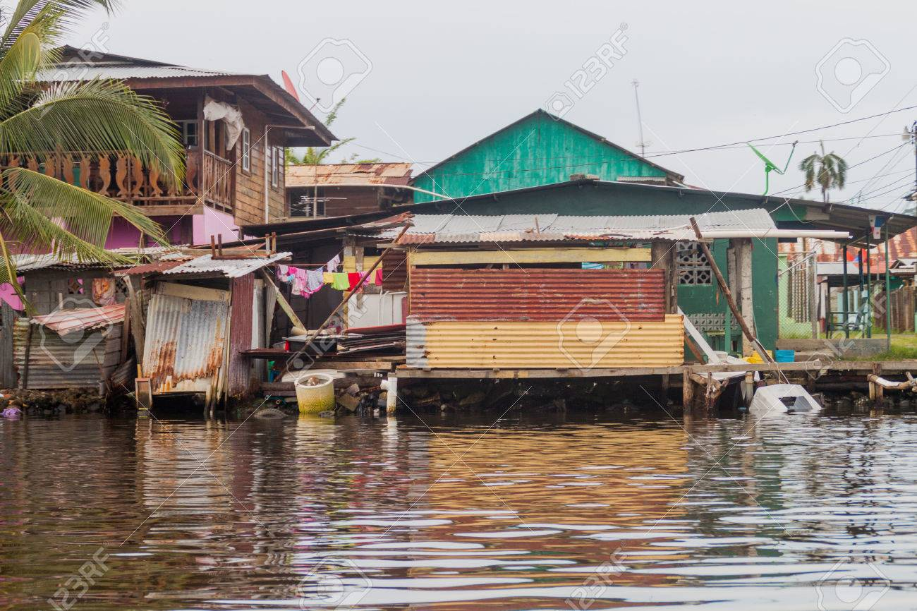 Casas Junto Al Mar En El Pueblo De Almirante, Panamá Fotos, Retratos ...