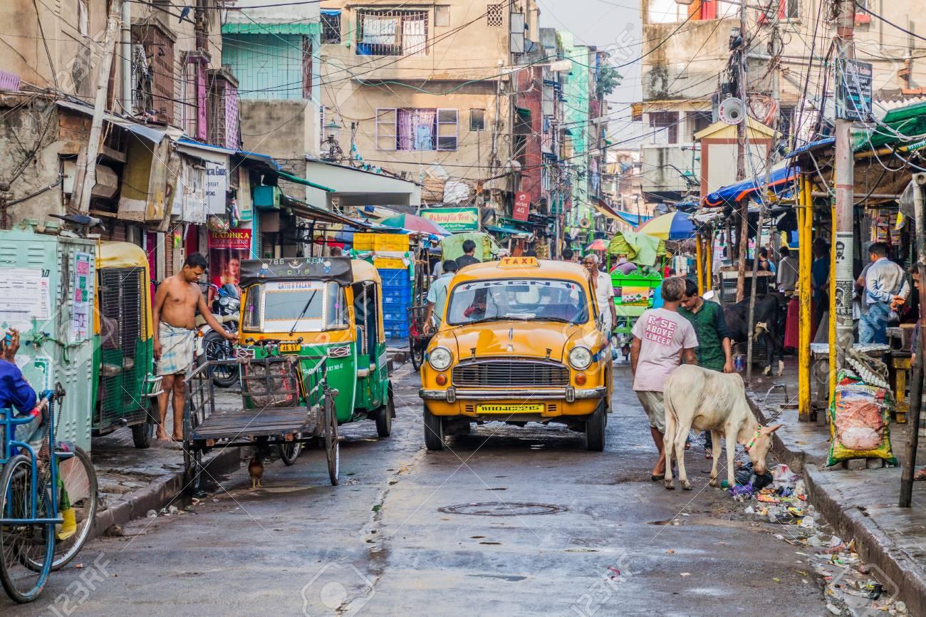 KOLKATA, INDIA - OCTOBER 30, 2015: View of a street life in Kolkata (Calcutta), India - 89239504