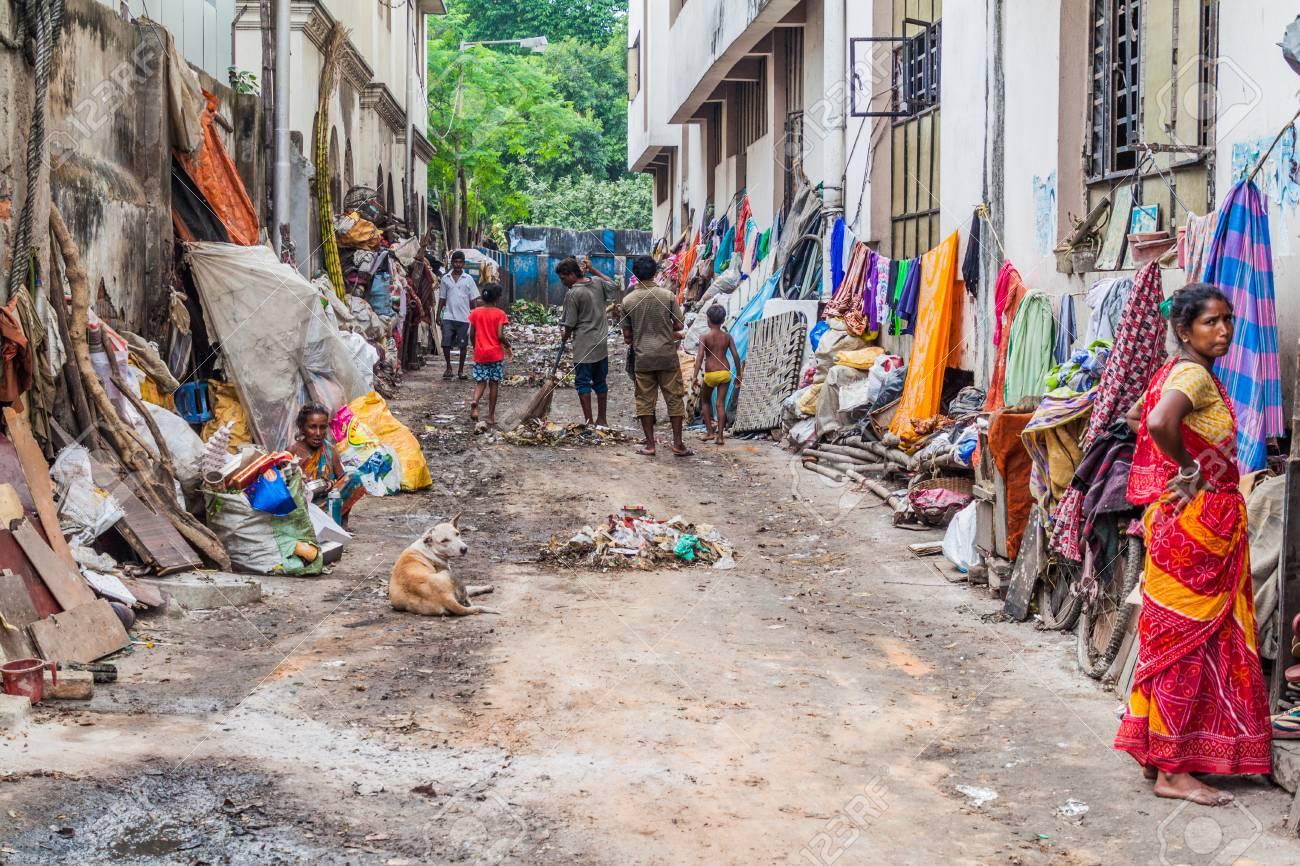 KOLKATA, INDIA - OCTOBER 31, 2016: Dirty alley near Kalighat temple in Kolkata, India. - 89296885