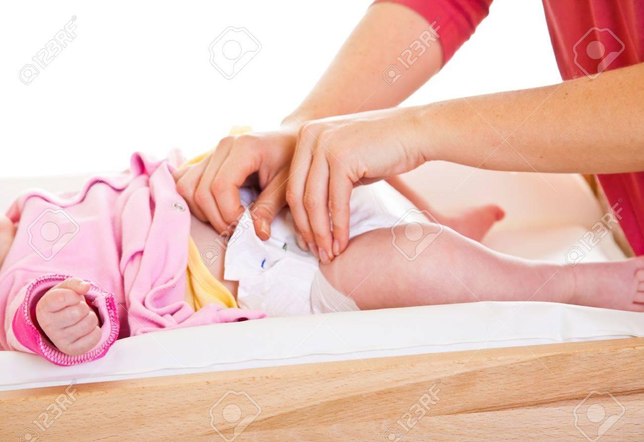 Mutter Wechselnden Kleinen Mädchens Windel Auf Kindergarten-Tabelle ...