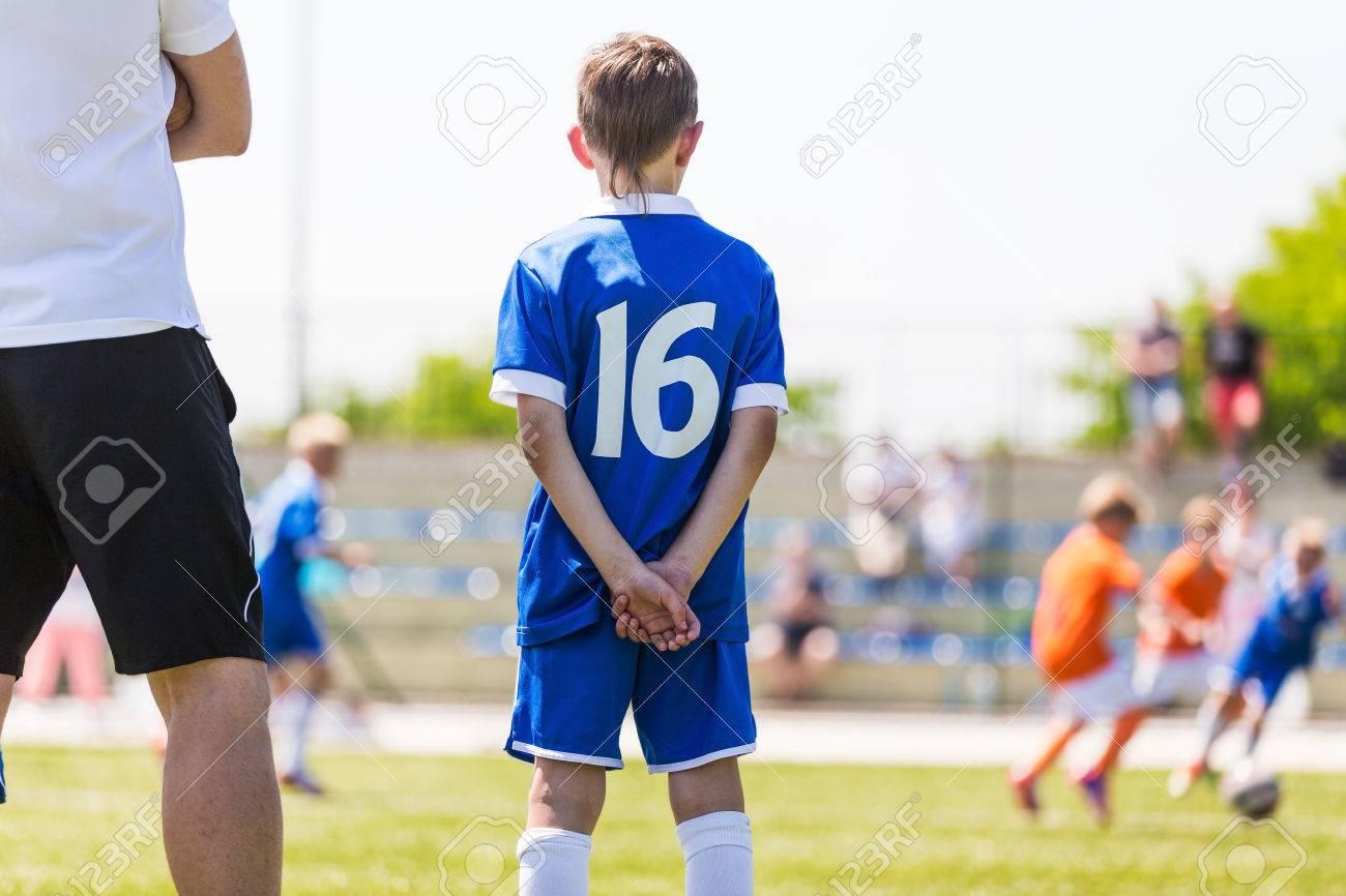 Giovane Ragazzo E Allenatore Di Calcio A Guardare Partita Di Calcio