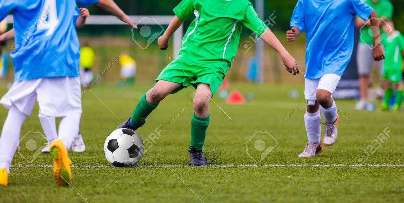 543405c00294d Equipos de fútbol juvenil que golpea el balón de fútbol en un campo de  deportes.