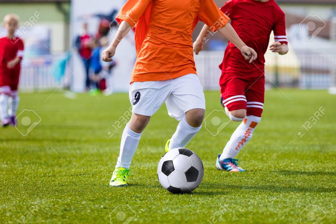 45535c0b85fb2 Foto de archivo - Los niños que juegan partido de fútbol soccer. Ejecución  de los jugadores y golpea el balón de fútbol. torneo de la escuela  deportiva para ...