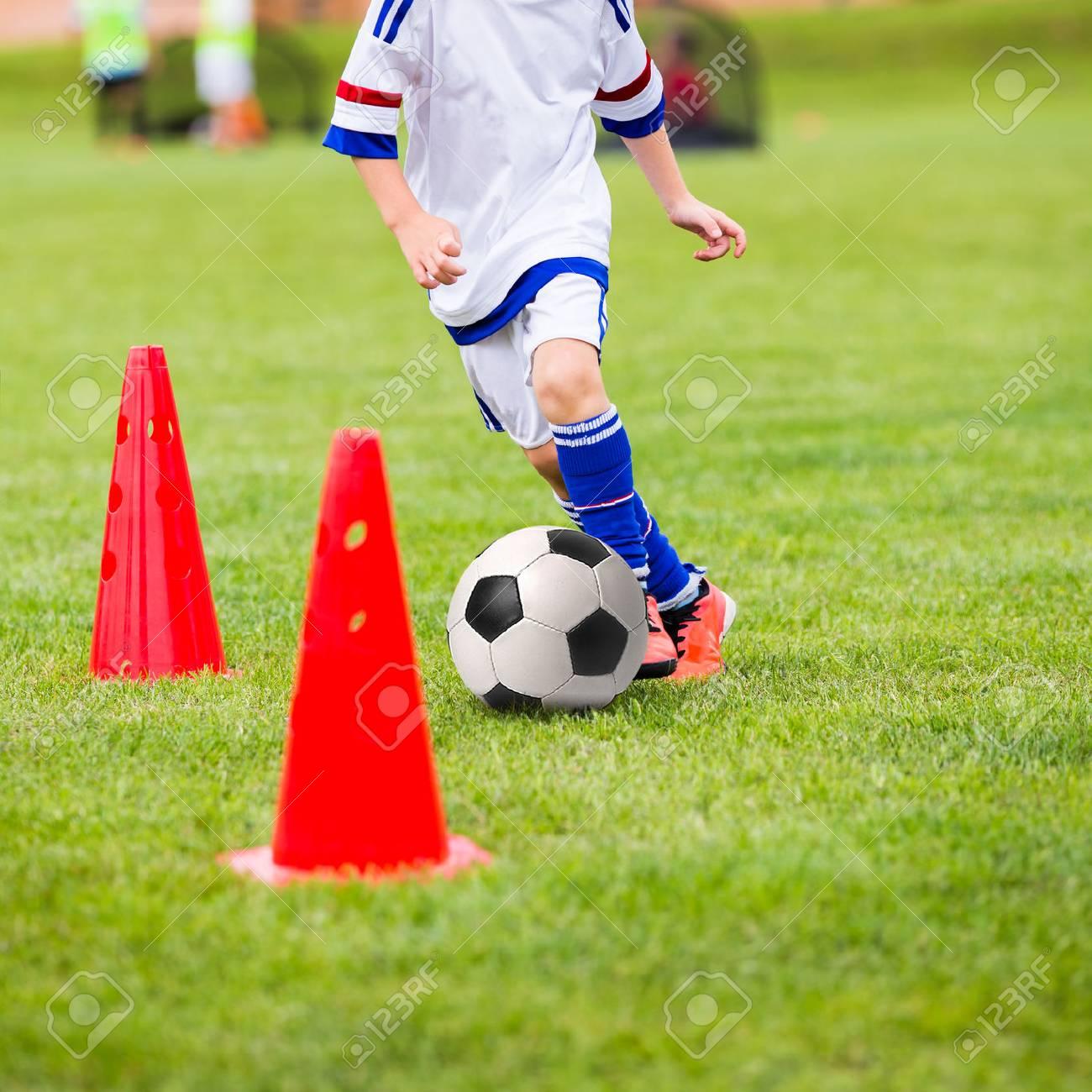 8be9c7380e015 Jugando al fútbol chico. sesión de entrenamiento de fútbol para los niños.  Chicos está