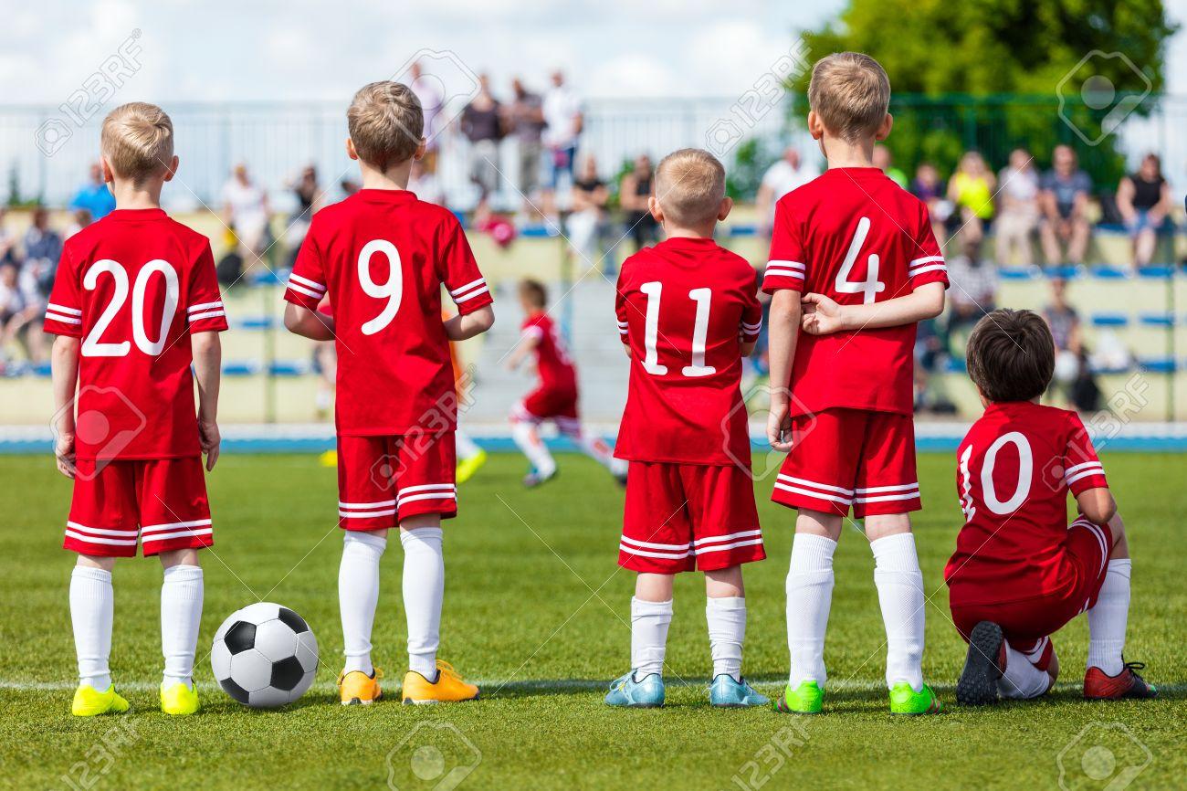 6c6e8f37fb598 Partido De Fútbol De Fútbol Para Los Niños. Los Muchachos Del Equipo De  Fútbol De Fútbol Ver Partido De Fútbol Juvenil En El Campo De Deportes.