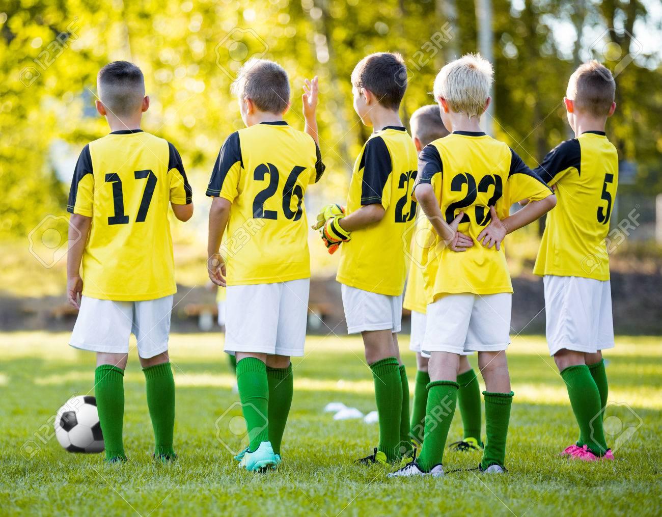 780b8ee2455de Juvenil De Fútbol Entrenamiento De Fútbol. Los Muchachos De Fútbol De  Entrenamiento En Campo De Deportes. Grupo De Jugadores De Fútbol Jóvenes Con  Camisas ...