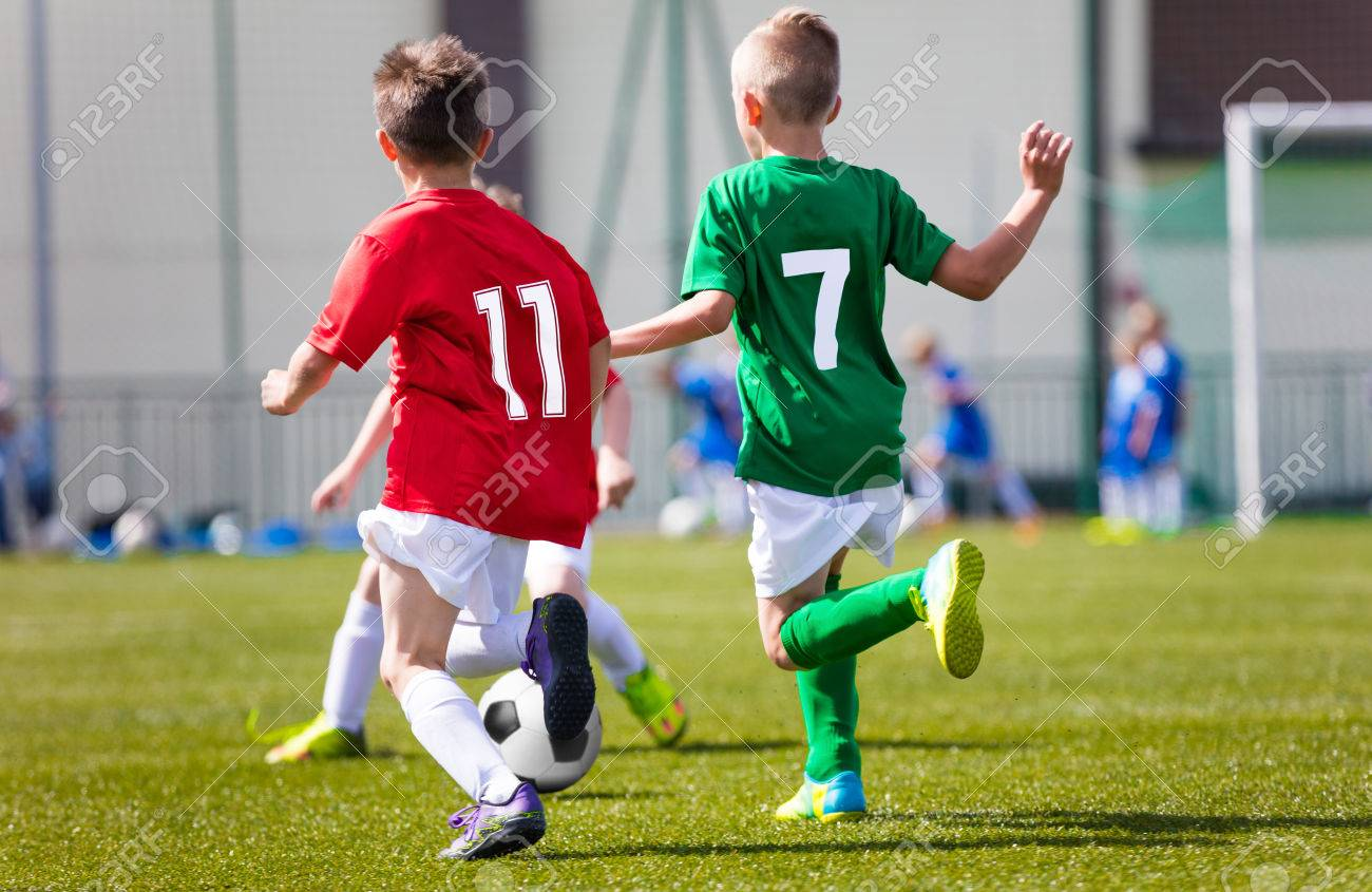 Ninos Jugando Futbol Juego De Futbol En El Campo De Deportes Fotos
