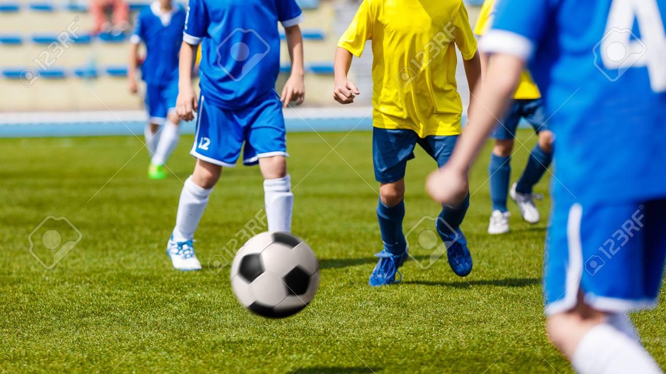 Immagini Di Calcio Per Bambini : Immagini stock partita di calcio bambini che giocano a calcio