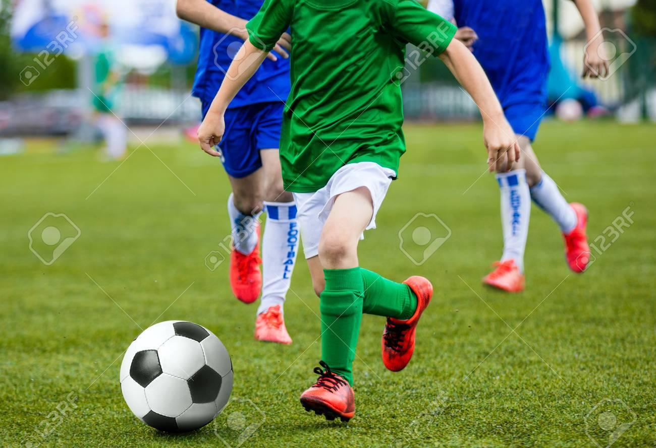 Ninos Jovenes Ninos Ninos Jugando Futbol Juego De Futbol Ejecucion