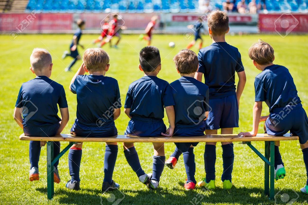 45bb721dee4b5 Partido De Fútbol Para Niños. Young Boys Jugando El Partido De Fútbol Del  Torneo. Futbolistas Del Club De Futbol Juvenil. Jóvenes Futbolistas En  Jerseys ...