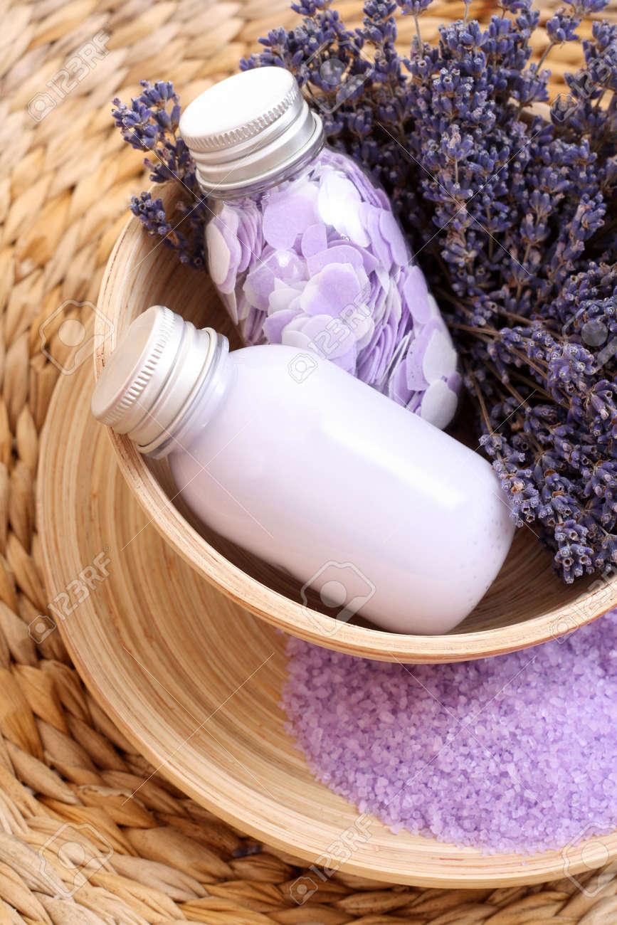archivio fotografico lavanda bagno aromatico bagno di sale gel da bagno e fiori di lavanda