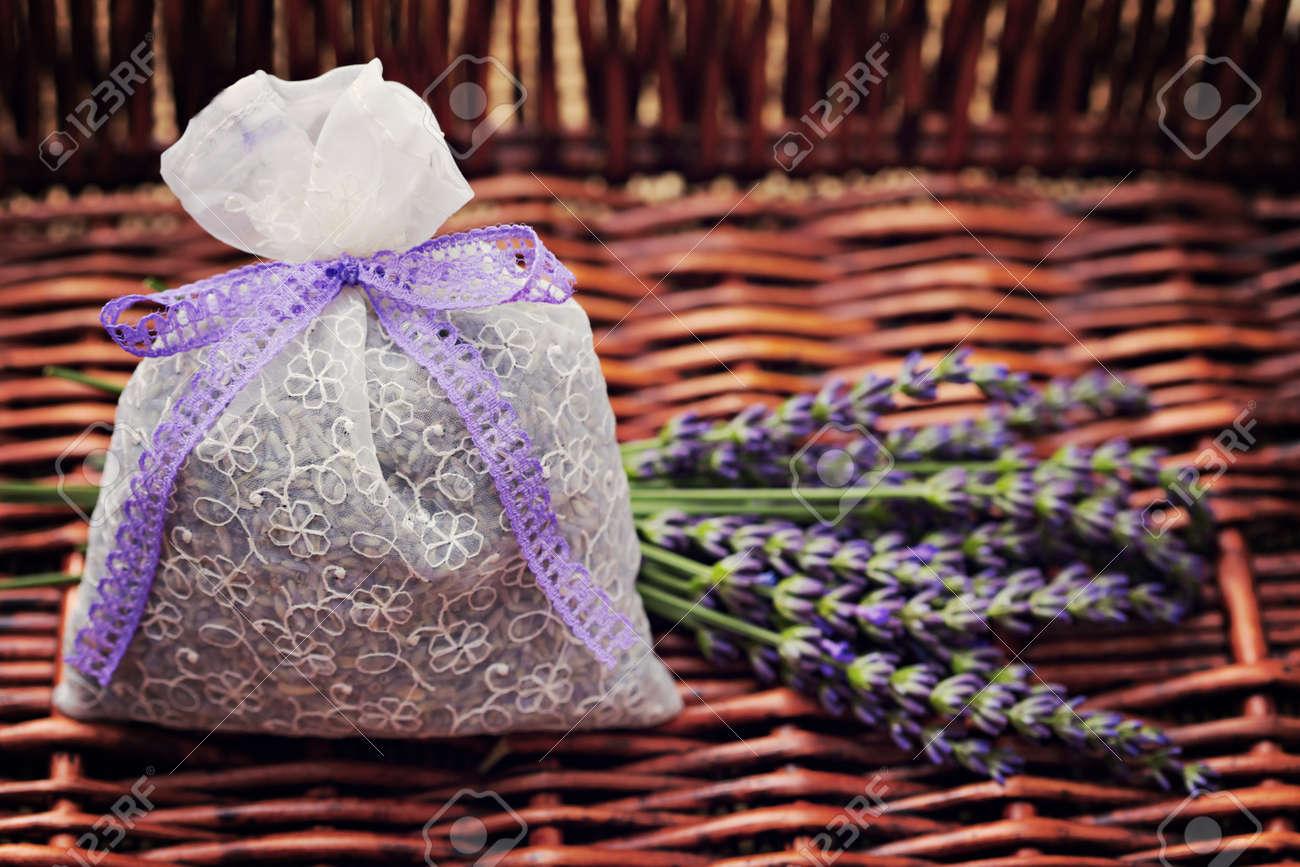 sacchetto di pot-pourri di fiori freschi di lavanda Archivio Fotografico - 9971510