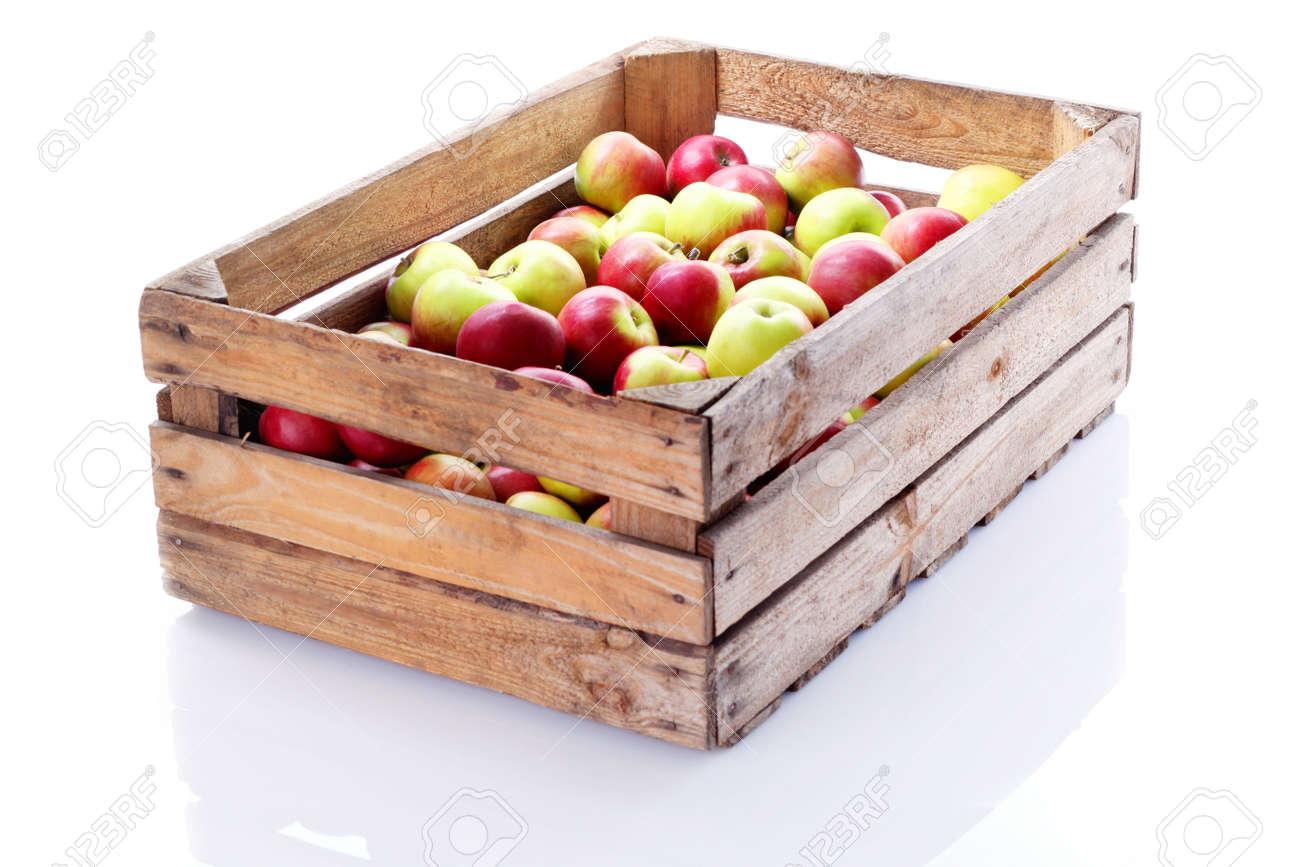 Prix Caisse A Pomme boîte de caisse en bois plein de pommes fraîches sur blanc - fruits et  légumes