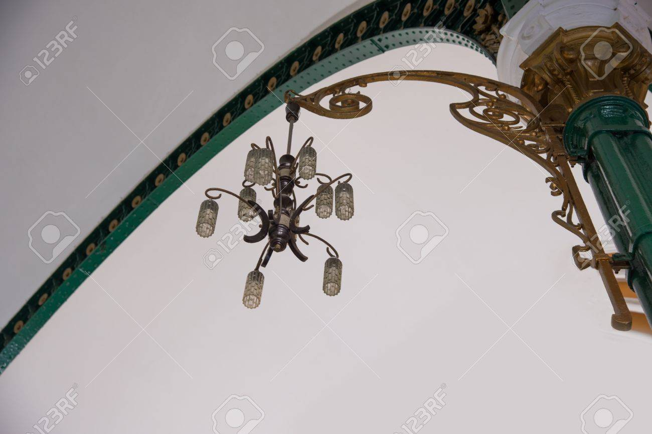 Kronleuchter Antik Frankreich ~ Vintage kronleuchter mit lampe frankreich stil hängen an der