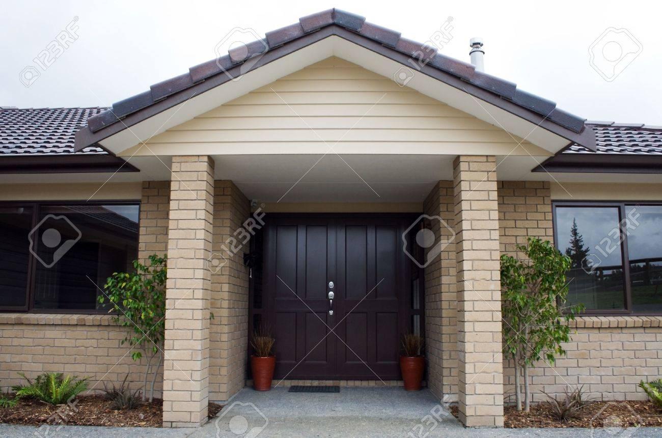 una entrada de la casa moderna y la puerta delantera foto de archivo