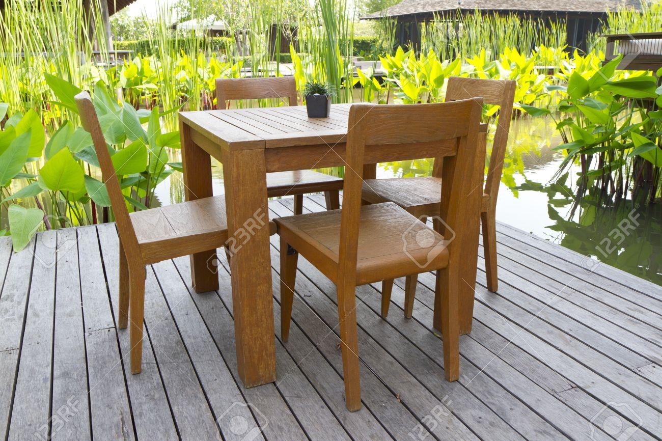 sillas y mesas de madera en la terraza foto de archivo