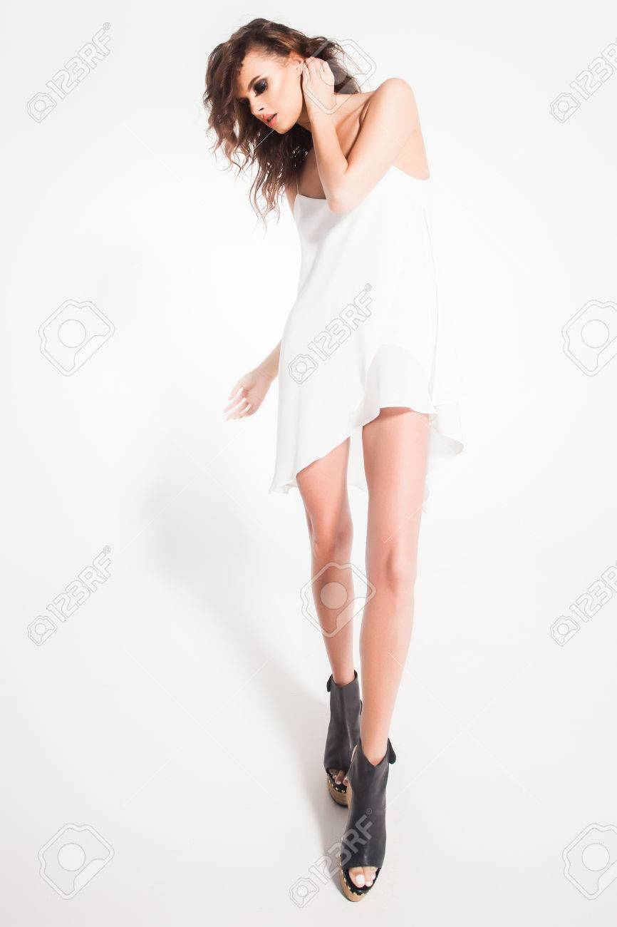 美人スタジオで白いドレスでポーズをとるモデルの全身 の写真素材 ...