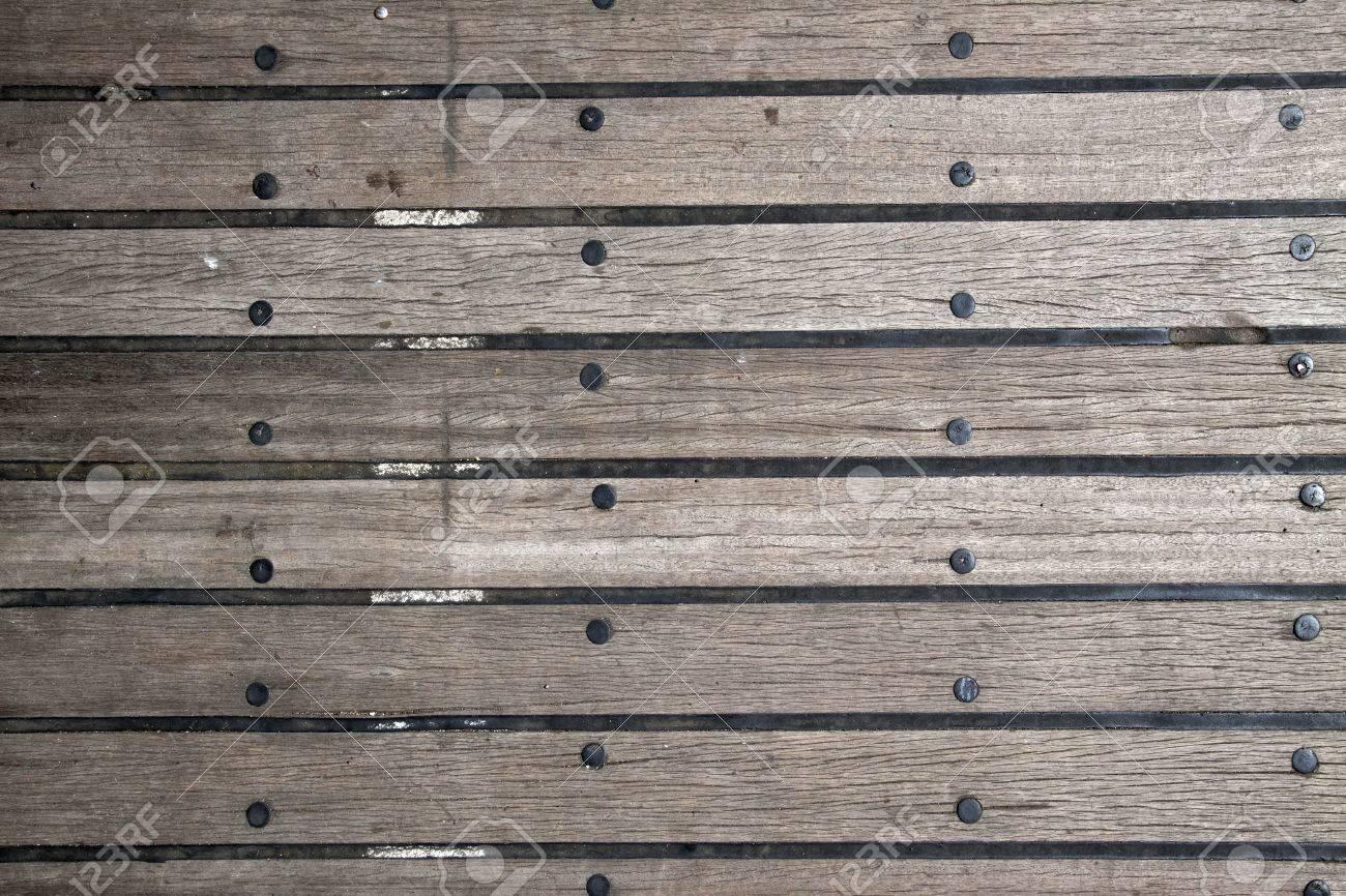 Fußbodenbelag Gummi ~ Holzdielenboden mit zwischen bodenbelag gummi bild für den