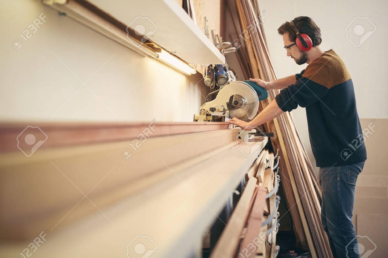 Professionelle Handwerker Bei Der Arbeit In Einem Rahmenwerkstatt ...