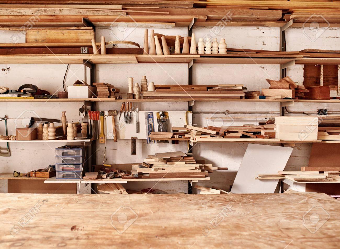 etagere entreprise avec planche de bois