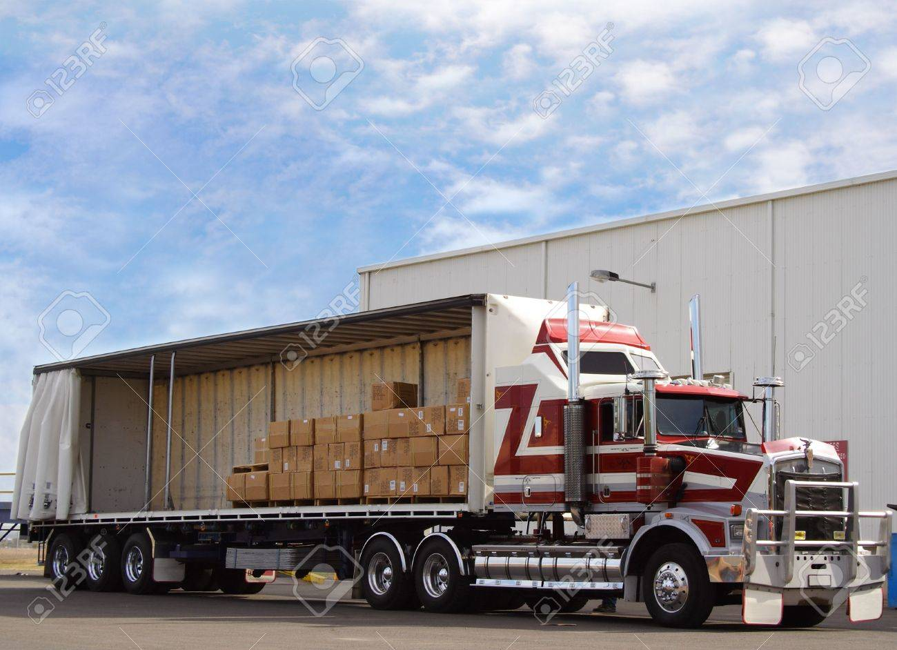 Truck with cargo - 645275